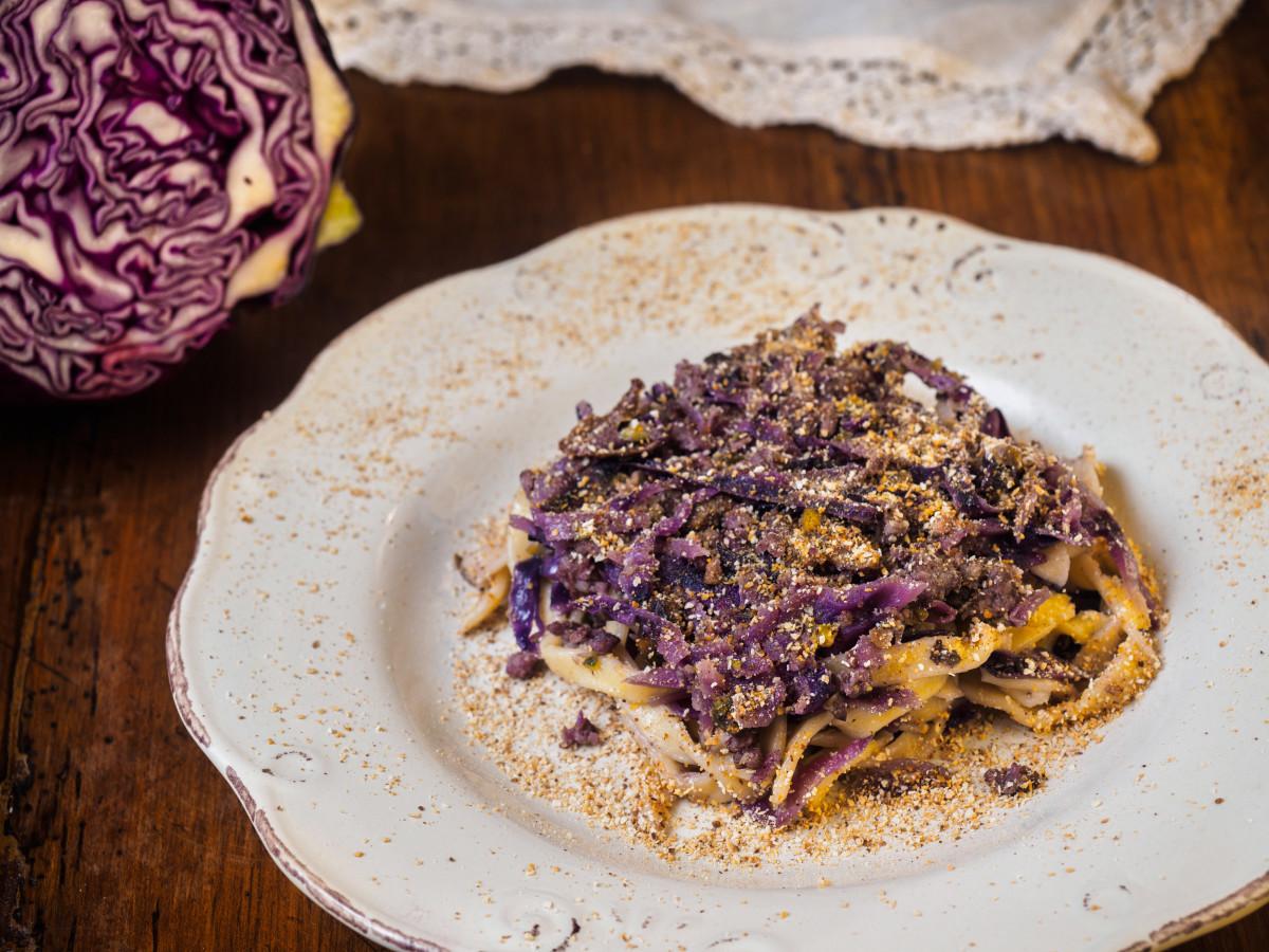 Sagne al cavolo viola, salsiccia e pistacchi